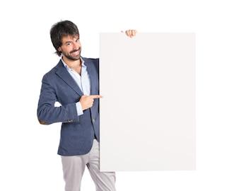 Uomo d'affari con cartello vuoto sopra idolato sfondo bianco
