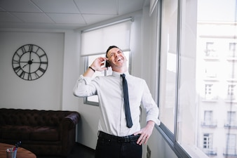 Uomo d'affari felice sul telefono
