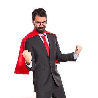 Uomo d'affari fortunato vestito come supereroe