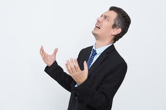 Uomo d'affari frustrato scioccato dalle notizie