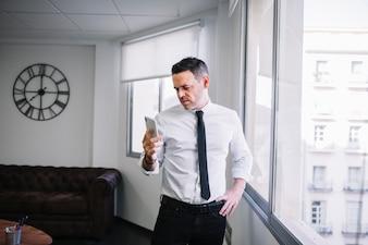 Uomo d'affari guardando lo smartphone