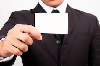 Uomo d'affari in possesso di un biglietto da visita in bianco