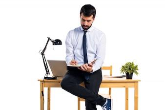 Uomo d'affari nel suo ufficio lettura note