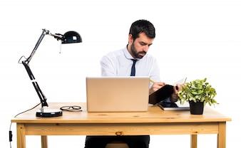 Uomo d'affari nel suo ufficio scrivendo note