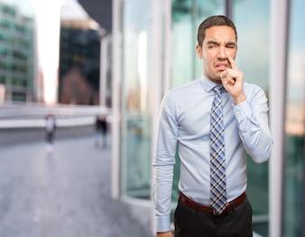 Uomo d'affari preoccupato facendo un cattivo odore di gesto