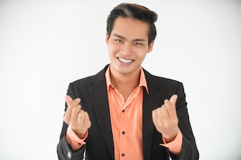 Uomo d'affari sorridente che mostra il profitto con il gesto