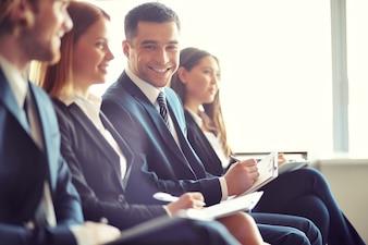 Uomo d'affari sorridente in un convegno