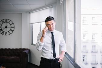 Uomo d'affari sul telefono