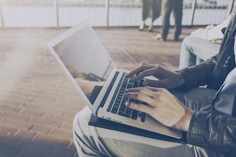 Uomo d'affari uomo d'affari freelance che lavora al suo laptop all'aperto