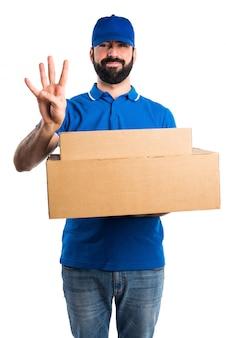 Uomo di consegna che conta quattro
