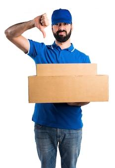 Uomo di consegna che fa il segnale difettoso