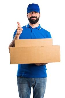 Uomo di consegna che punta verso la parte anteriore