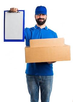 Uomo di consegna con la cartella