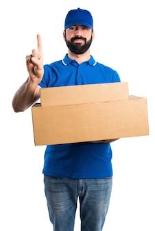 Uomo di consegna contando uno