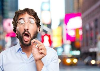 Uomo divertente con un sigaro su sfondo sfocato