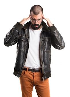 Uomo frustrato con giacca di pelle
