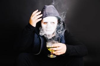 Uomo in maschera con bevanda velenosa