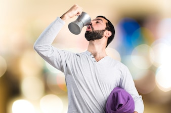 Uomo in pigiama in possesso di un piatto di caffè su sfondo unfocused