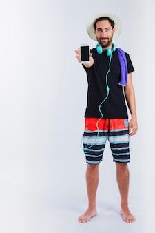 Uomo in usura estiva mostrando smartphone