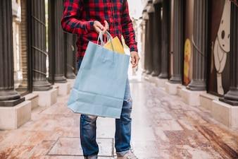 Uomo, presa a terra, shopping bag