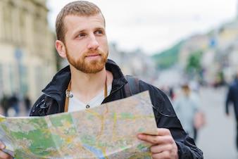 Uomo sognato con la mappa