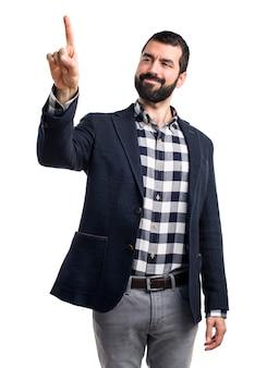 Uomo toccando uno schermo trasparente
