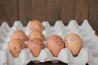 Uova di nozze faccia azione su uovo di conchiglia in scatola di carta marrone.