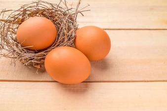 Uova di Pasqua su sfondo di legno.Spocco fuoco, Luce bassa (attenzione selettiva)