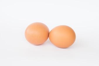 Uova fresche su uno sfondo bianco