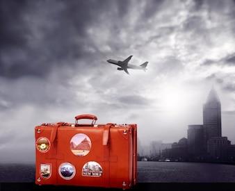 Valigia rossa su sfondo bianco e nero