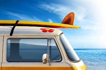 Van con surf in nex al mare