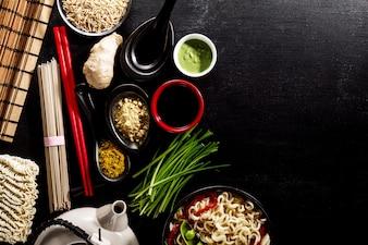 Varietà Defferent Molti ingredienti per la cottura di gustosi alimenti asiatici asiatici. Vista superiore con lo spazio di copia. Sfondo scuro. Sopra. Tonificante.