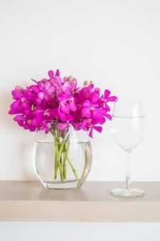 Vaso di fiori e vetro