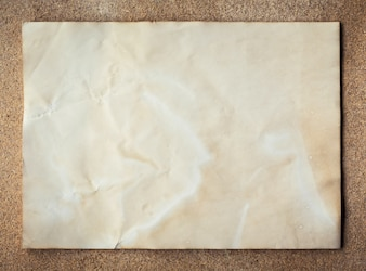 Vecchia carta texture sul bordo del sughero sfondo con spazio.