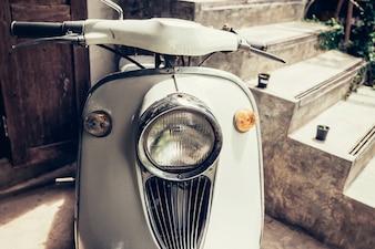Vecchia motocicletta classica con filtro d'epoca.