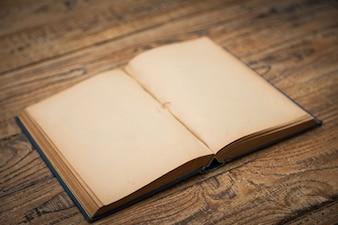 Vecchio libro aperto su un tavolo di legno