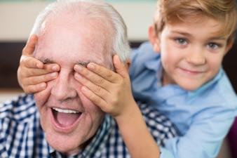 Vecchio nipote casuale sorridente generazione