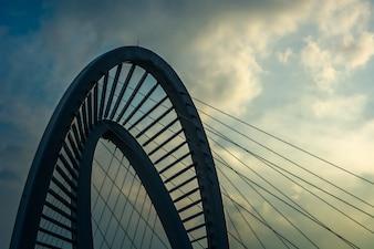 Vecchio ponte di ferro al tramonto