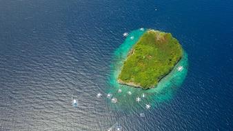 Veduta aerea della spiaggia sabbiosa con i turisti che nuotano in bella acqua di mare chiara della spiaggia dell'isola di Sumilon che atterra vicino Oslob, Cebu, Filippine. - Aumentare la lavorazione del colore.