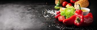 Verdure con sale e una pannocchia di mais