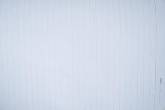 Vicino alla pagina bianca del taccuino con la linea.