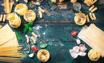 Vista dall'alto del tavolo di legno con varietà di pasta