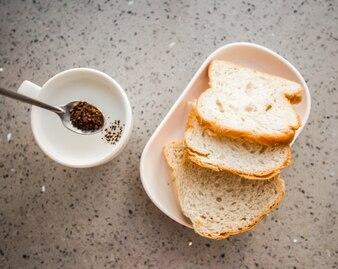Vista dall'alto di caffè con tre fette di pane