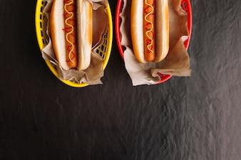 Vista dall'alto di due hot dog