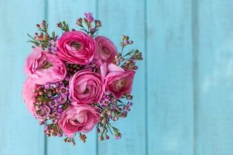 Vista dall'alto di fiori rosa decorativi