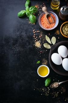 Vista dall'alto di lenticchie con tre uova