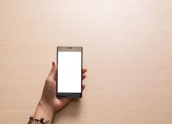 Vista dall'alto di mano in possesso di un telefono cellulare