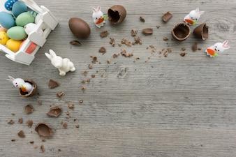 Vista dall'alto di superficie di legno con le uova di Pasqua e conigli