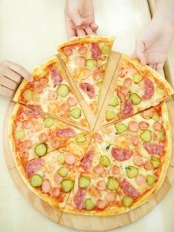 Vista dall'alto di una pizza gustosa