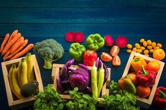 Vista dall'alto di verdure fresche sul tavolo, verdure fresche in contenitore di legno con spazio di copia